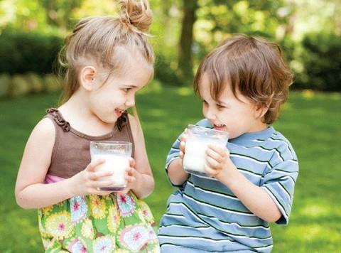 bé uống sữa nido nắp đỏ