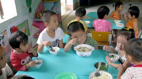 Trẻ biếng ăn do thay đổi môi trường sống