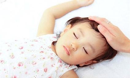 Trẻ bị sốt khi mọc răng thường kéo dài không quá 3 ngày, sốt không cao