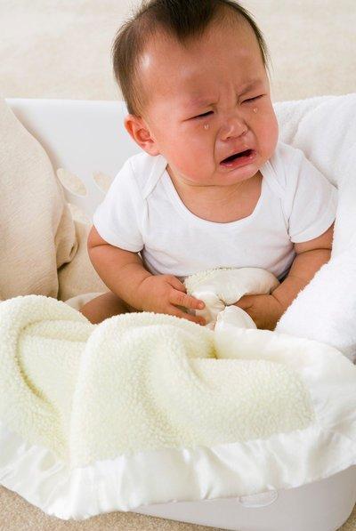 Trẻ bị nôn không sốt nguyên nhân do đâu và mẹ phải làm gì?