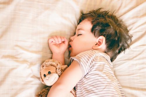 Làm gì để bé ngủ sâu giấc và không vặn mình?2
