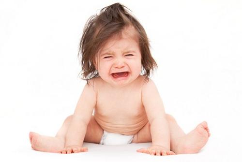 Mác nhỏ tuyệt chiêu để giúp bố mẹ điều trị với trò ăn vạ của con
