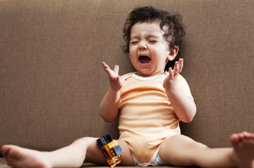 Mác nhỏ tuyệt chiêu để giúp bố mẹ điều trị với trò ăn vạ của con1