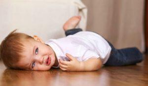 Mác nhỏ tuyệt chiêu để giúp bố mẹ điều trị với trò ăn vạ của con2