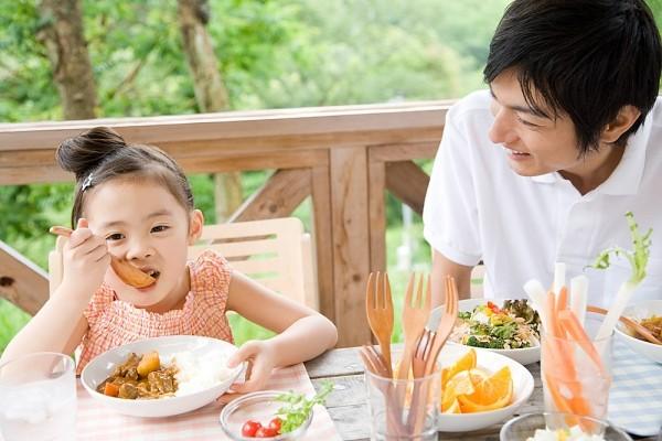 Trẻ ăn phải thức ăn khó tiêu