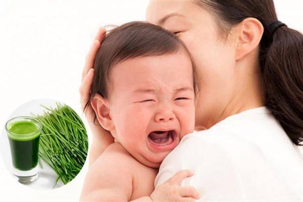 Lấy nước lá hẹ massage cho bé