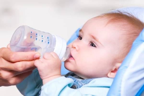 Cho trẻ uống nước sau khi ăn và uống sữa