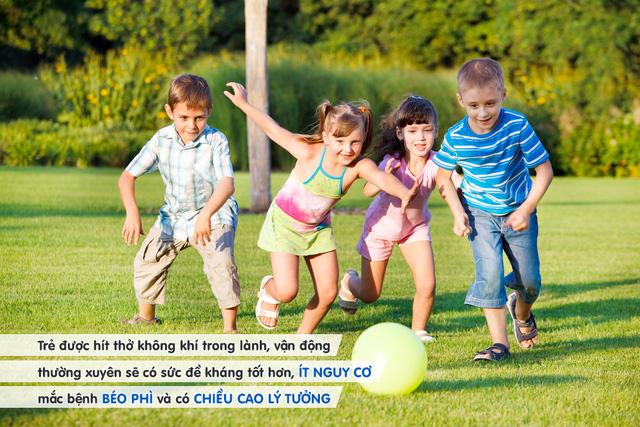 Cho trẻ vui chơi ngoài trời giúp bé phát triển chiều cao lý tưởng