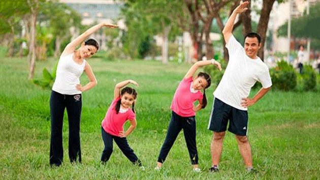 Bé vận động nhiều giúp tiêu hao năng lượng và chóng có cảm giác thèm ăn