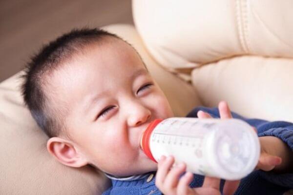 Bé uống sữa nutren junior