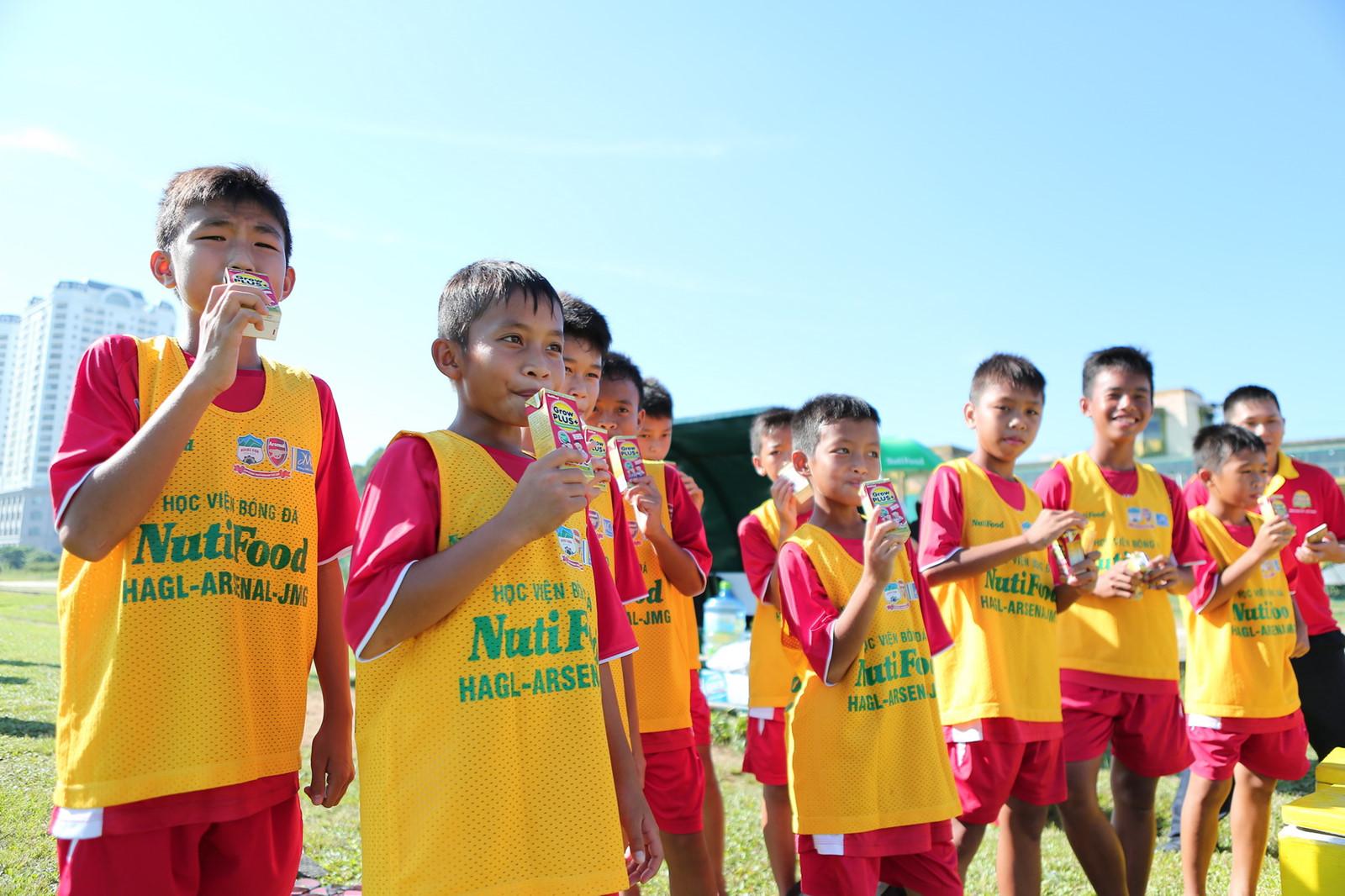 Sữa Grow Plus đỏ của Nutifood nuôi dưỡng các cầu thủ nhí