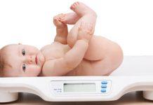 Thường xuyên kiểm tra chiều cao và cân nặng của bé giúp mẹ đánh giá tốt tình trạng của trẻ