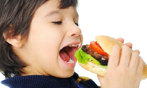 Thức ăn nhanh bị lạm dụng khiến trẻ dậy thì sớm