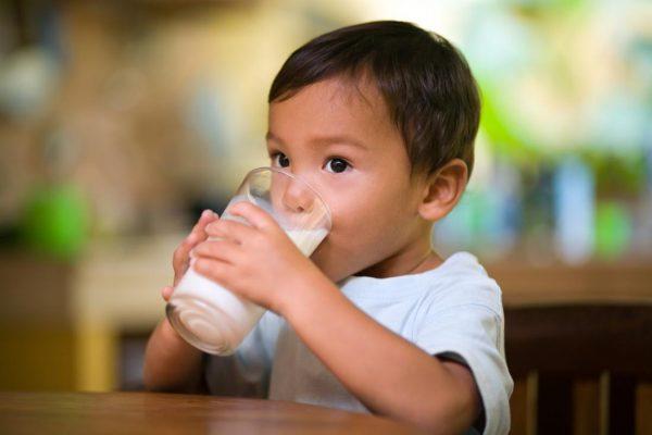 Bé uống Sữa dê Kabrita số 3 phát triển toàn diện