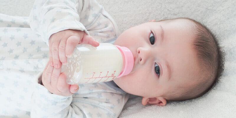 Bé uống sữa pregestimil lipil